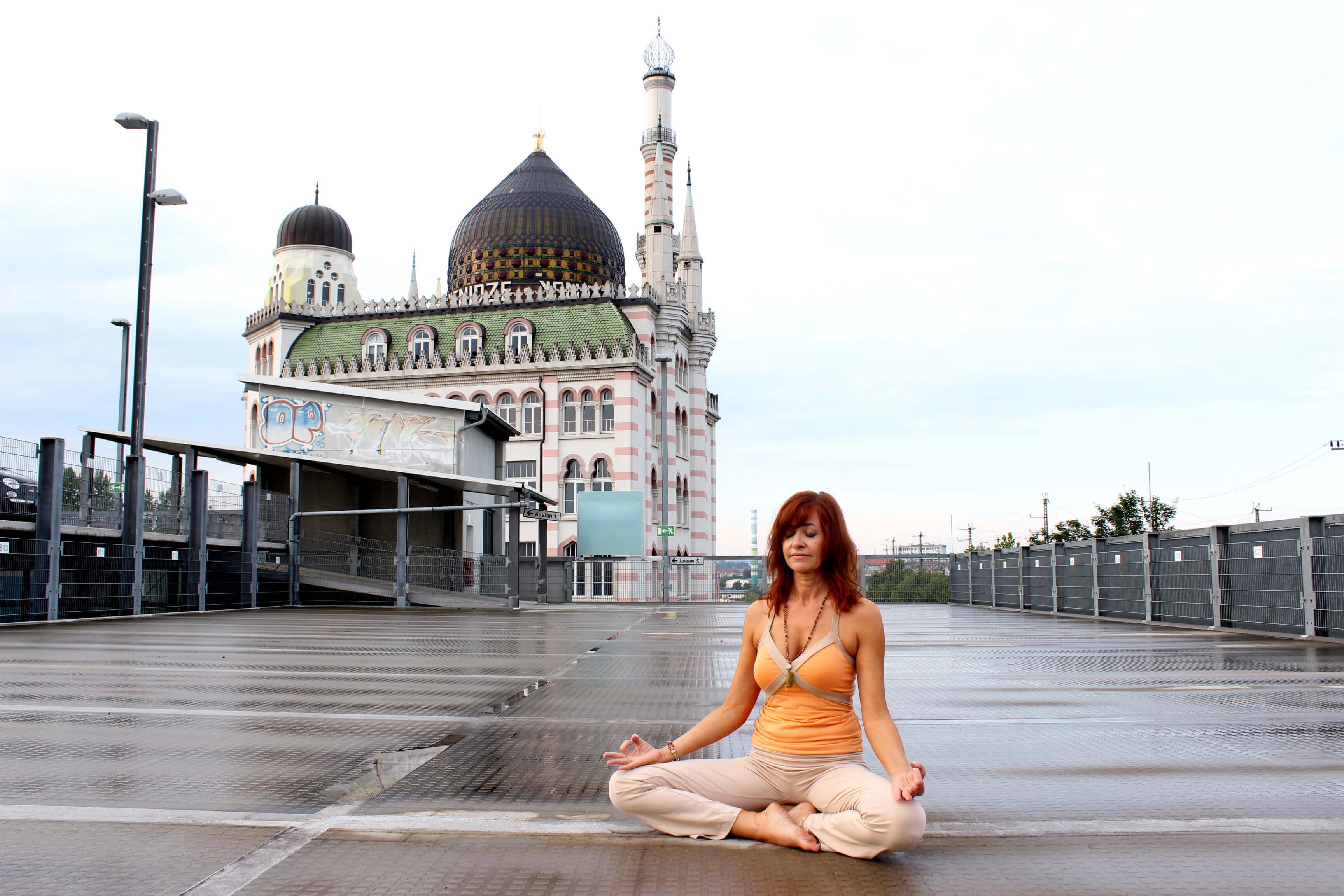 Meditation vor der Yenidze in Dresden